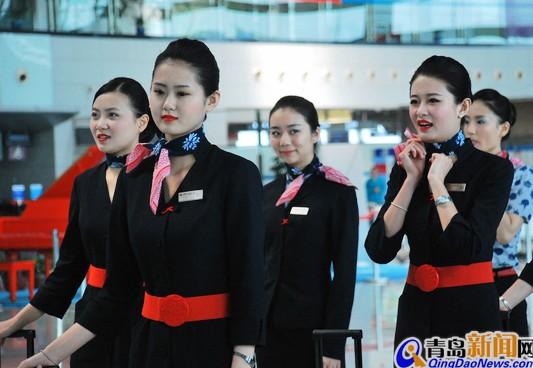 实拍换新装东航空姐 青花图案极致东方美-搜狐旅游