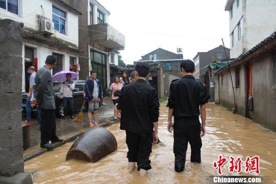 图为松门镇受灾村民。 陈淑倩 摄