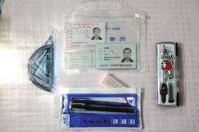 6月7日,罗伯中老人参加高考的准考证和考试工具。