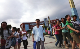 6月7日,永州市第四中学考点,考完数学后,罗伯中老人走出考场。组图/记者赵赫廷