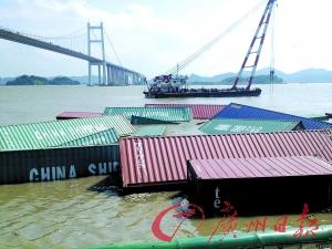 水面上还漂浮着大量集装箱。