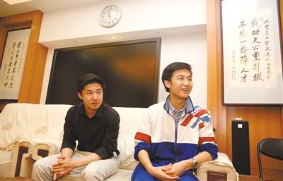 """6月5日,景山中学,高三学生马健雄(右)和张鸿健(左)讲述""""弃考""""经历。他们都已被美国知名大学录取。新京报记者 侯少卿 摄"""