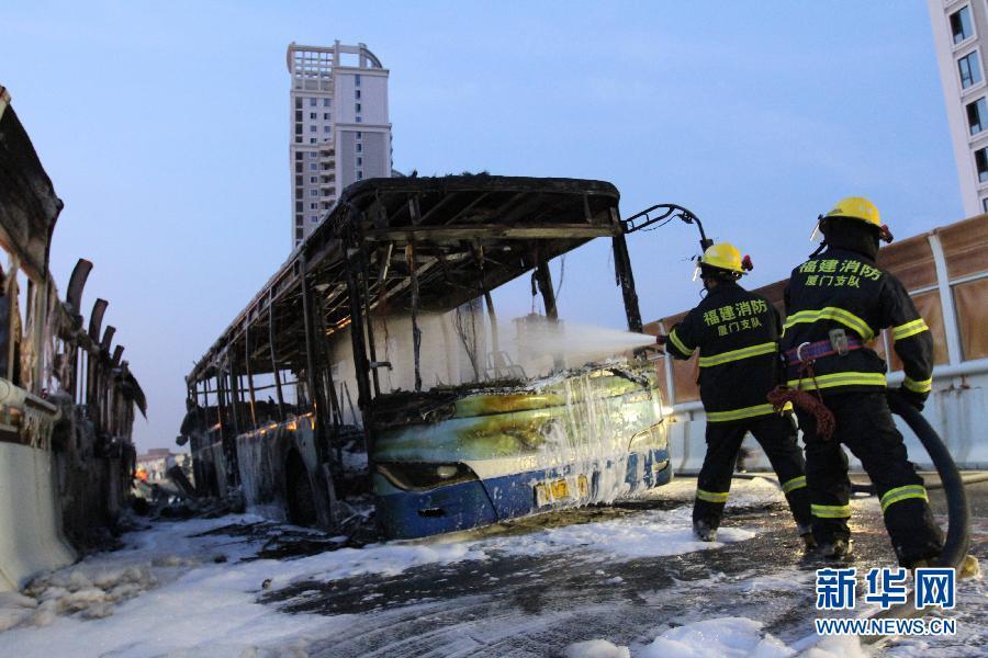 6月7日,消防人员在厦门高架路上的快速公交起火事故现场灭火。