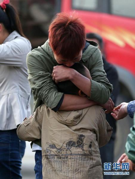 6月4日,是吉林宝源丰禽业公司火灾的第二天。在事故现场附近,聚集着许多彻夜未眠的伤亡者的家属,在焦急、悲痛中等待着消息。新华社林宏摄