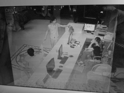 海口:男子不带证件开房遭拒 持斧打砸酒店[图]