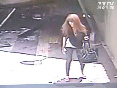 台铁基隆站旁天桥倒塌 长发妙龄少女掉落摔伤