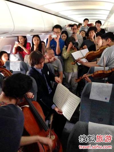 美国音乐家们被延误 机上演奏四重奏