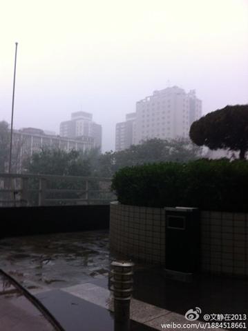 8日傍晚,北京海淀区雨雾迷蒙。(来源:新浪微博)