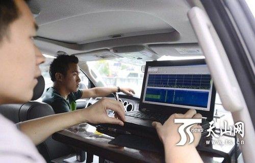 资料图片:无线电监控车在考点附近监控考点情况