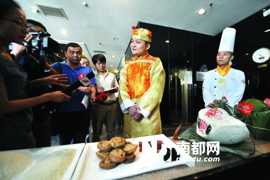 """6月8日,推出""""天价""""粽子的饭店工作人员在接受记者采访。据了解,该店目前已预订出了15个""""天价""""粽子。"""
