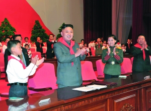 6月6日,朝鲜最高领导人金正恩(前左二)出席在首都平壤四二五文化会馆举行的朝鲜少年团第七次大会。 新华社发