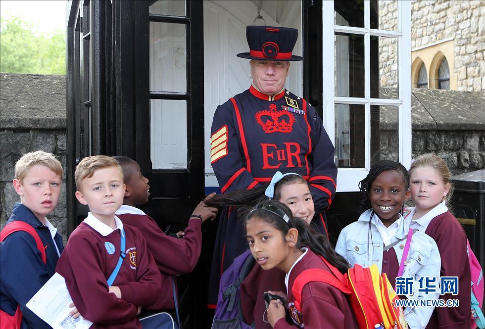 伦敦塔的守卫也被称为吃牛肉的人,他们的历史可以追溯到1485年,是英国最古老的卫队之一。伦敦塔守卫原来的职责是守护伦敦塔以及看守塔内的罪犯,现在承担的则更多是导游的任务。伦敦塔里共有37名守卫,年龄从42岁到63岁,其中有一名是女性。据守卫中的中士麦高恩介绍,要想成为伦敦塔守卫必须满足三个条件:在部队服役超过22年、是部队中的军官、持有长期服役表现优秀的勋章。
