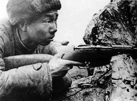 原文配图:张桃芳在朝鲜战场上。