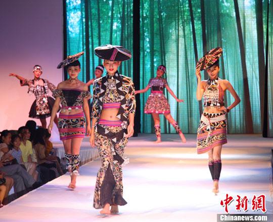 服装设计专业大学_广西服装设计与表演专业大学生T台秀毕业作品(组图)-搜狐滚动
