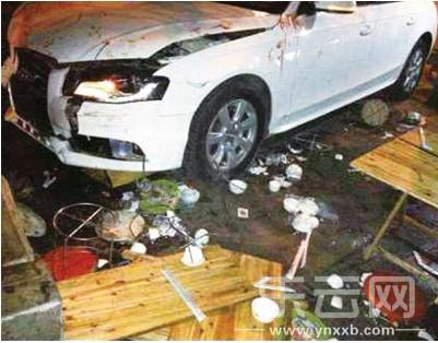 肇事轿车撞上路边一烧烤摊,导致两人受伤。