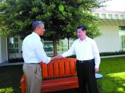 习近平和奥巴马在庄园散步,奥巴马赠送木椅