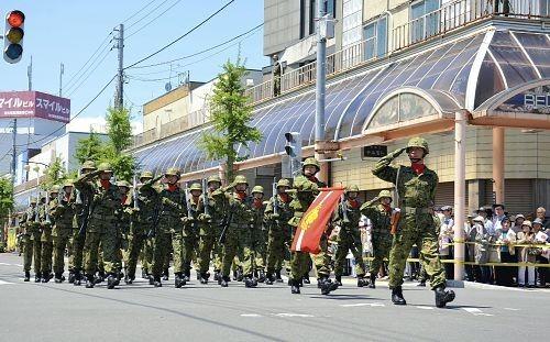 """日本陆上自卫队泷川驻屯地队员6月8日上午举行""""街头阅兵""""仪式"""
