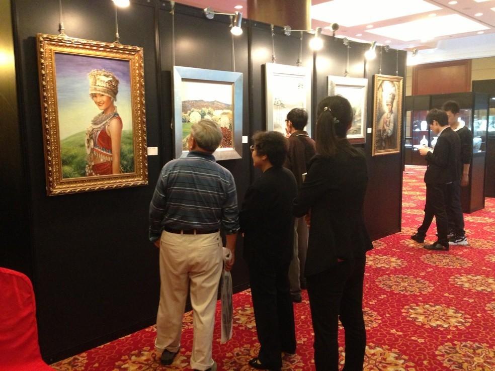 观众在欣赏艺术陶瓷