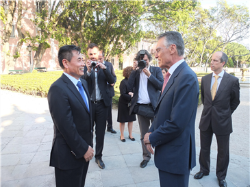 葡萄牙总统卡瓦科·席尔瓦先生(右二)与世贸通总裁Winner Xing博士(左一)愉快交流