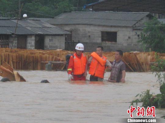 6月9日,广西融水县消防官兵在该县小容村救援被洪水围困居民。 刘志强 摄