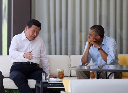 6月8日,国家主席习近平在美国加利福尼亚州安纳伯格庄园同美国总统奥巴马举行中美元首第二场会晤。这是会晤开始前,习近平和奥巴马在庄园散步途中茶歇交流。新华社记者 兰红光 摄