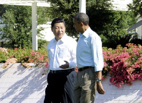 6月8日,国家主席习近平在美国加利福尼亚州安纳伯格庄园同美国总统奥巴马举行中美元首第二场会晤。这是会晤开始前,习近平和奥巴马在庄园中散步。新华社记者 张铎 摄
