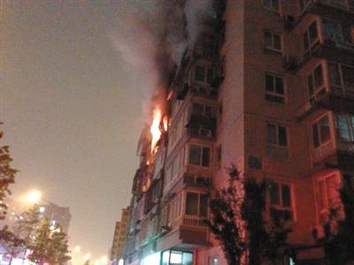 前日晚7时许,东城区一居民楼五层起火。