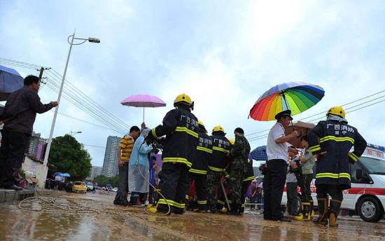 图为工作人员在现场搜救(图片来源:中新网)