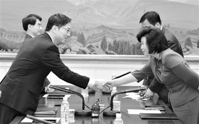 """6月10日,在板门店韩方""""和平之家"""",朝方首席代表朝鲜祖国和平统一委员会书记局部长金圣惠(右)与韩方首席代表统一部统一政策室室长千海成(左)磋商结束后握手。新华社发"""