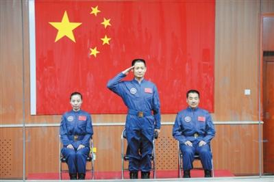昨日,航天员聂海胜(中)、张晓光(右)和王亚平出席见面会。新华社记者 李刚 摄