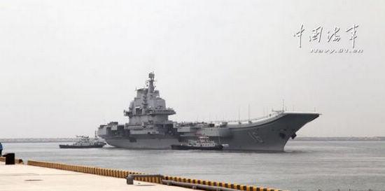 资料图:辽宁舰首次在新母港离泊。 逄忠平 摄