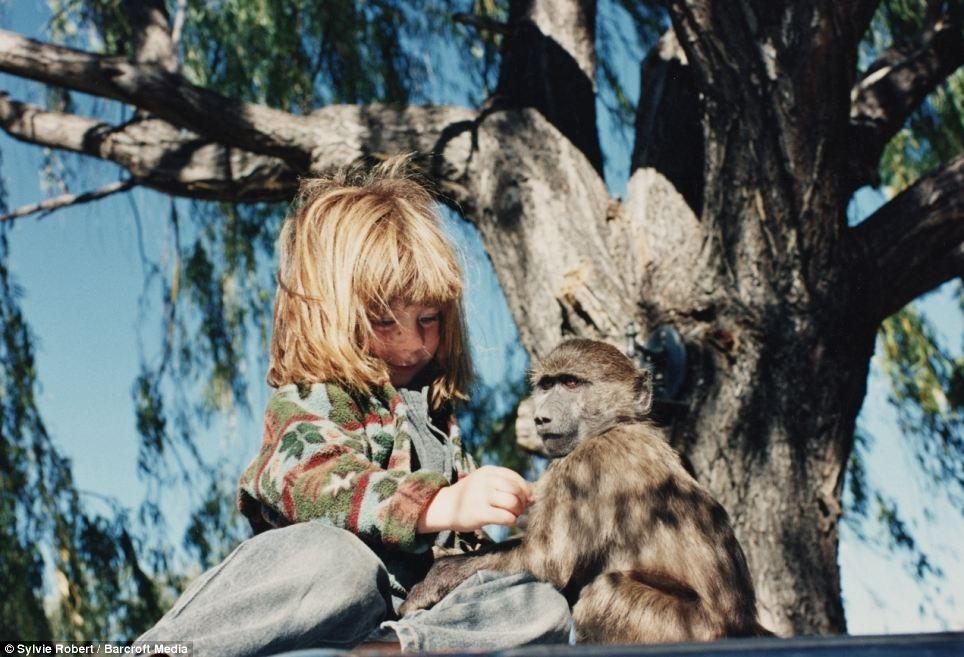 法女孩与非洲野生动物相伴十年(组图)