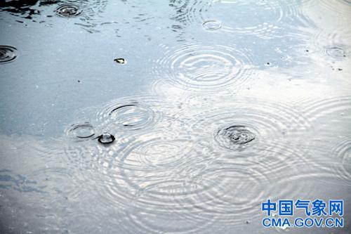 北京出现降水过程,部分区域自南向北出现冰雹及雷电天气。孙楠摄