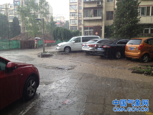石景山区出现阵性降雨。石龙摄