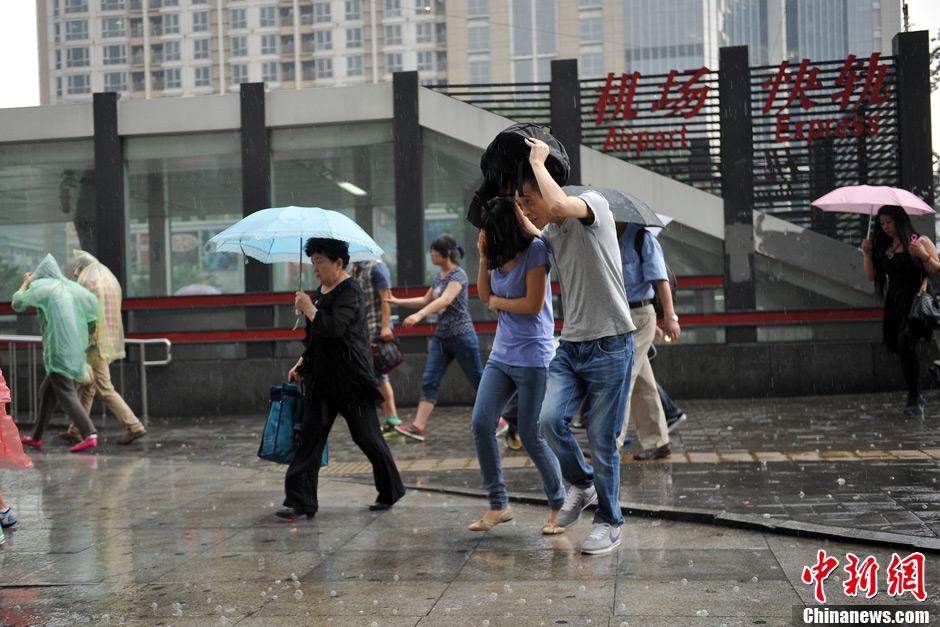组图:北京局地突遭暴雨冰雹侵袭 行人车辆猝不及防