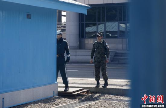 """资料图:3月21日,驻守在板门店的韩军士兵面向北方,认真执勤。当日,韩国联合参谋本部和韩美联合司令部11日至21日举行的代号为""""关键决断""""的联合军演结束。中新社发 刘关关 摄"""