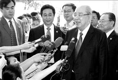 吴伯雄率国民党大陆访问团抵达北京,在下榻的丽思卡尔顿酒店接受记者采访。中新社发