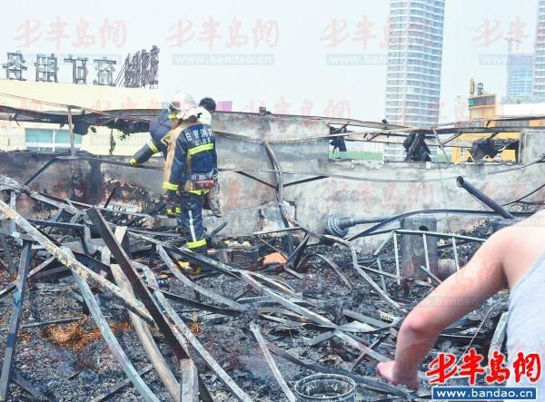 阁楼被烧后只剩下了铁架 。本报记者庞远栋 摄
