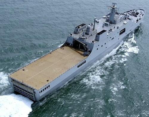 资料图:071型两栖船坞登陆舰具有十分良好的整体隐身能力。在舰体后部是宽大的直升机甲板。