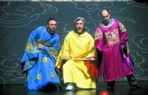 平、庞、彭三位中国大臣在《清明上河图》的布景前,完成了与中国舞蹈演员的合作彩排。