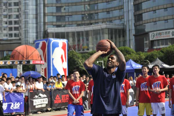 梅奥与学员们参与投篮游戏
