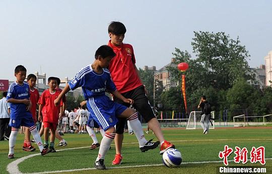 中国足球队球员走进安徽校园(组图)