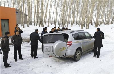 3月5日,公安干警对被盗车辆进行检查。