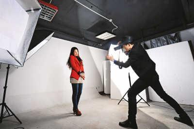 陈艺鹏为模特拍摄照片.