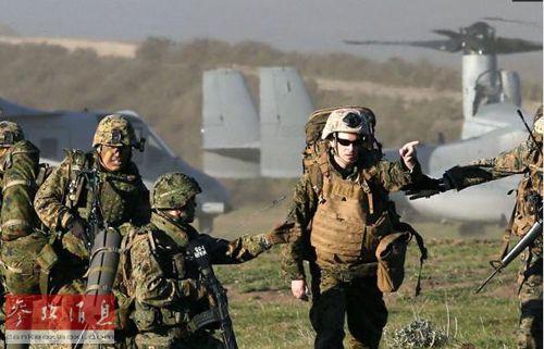 """日美十分重视联合""""夺岛""""演习。图为今年2月13日,日本自卫队同美国海军陆战队在加利福尼亚的彭德尔顿军营进行联合海岸登陆训练。"""