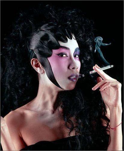据说《梅兰芳》火了之后京城非常流行拍京剧造型的婚纱照,估计莫文蔚也受了很大影响,这要是半夜出现在剧院里就是真人版的《剧院魅影》啊。补充一点,风尘气十足!