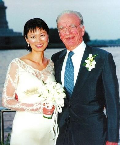 1999年6月,邓文迪与默多克在游艇上结婚