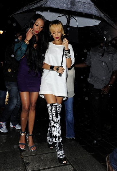 哈娜现身伦敦 穿超短裙露黑内裤图片