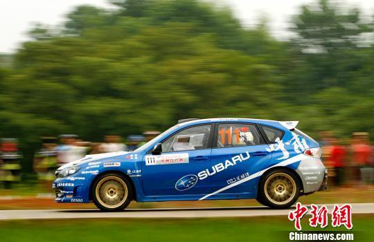 2013年中国汽车拉力锦标赛(CRC)6月15日继续在湖南郴州进行,代表斯巴鲁车队出战的韩寒目前在N组比赛中列中国车手第一。赵振清 摄