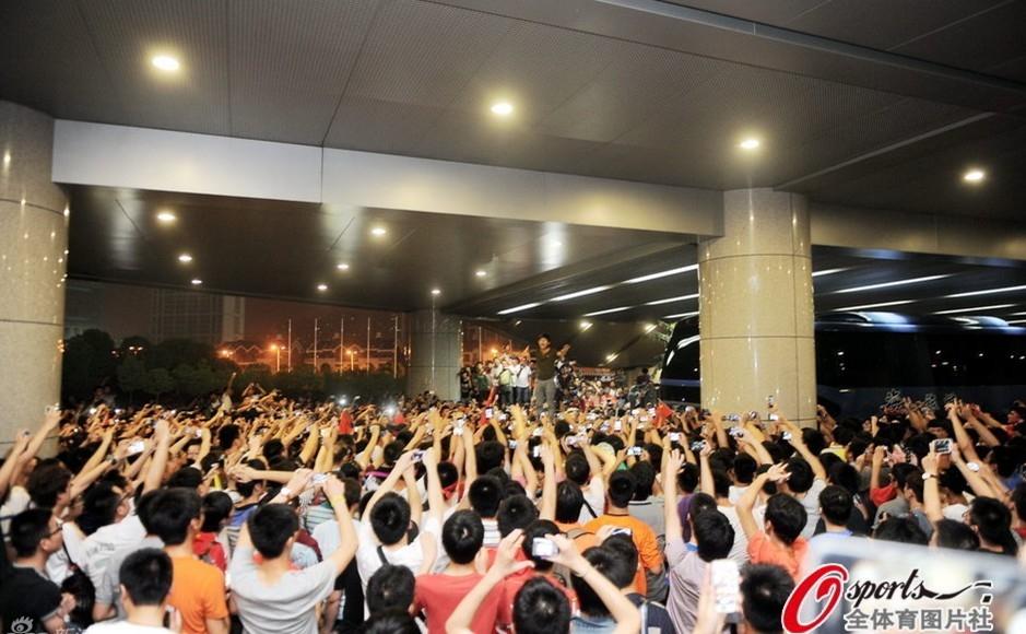 组图:国足1-5泰国激起球迷愤怒 数千球迷围攻国